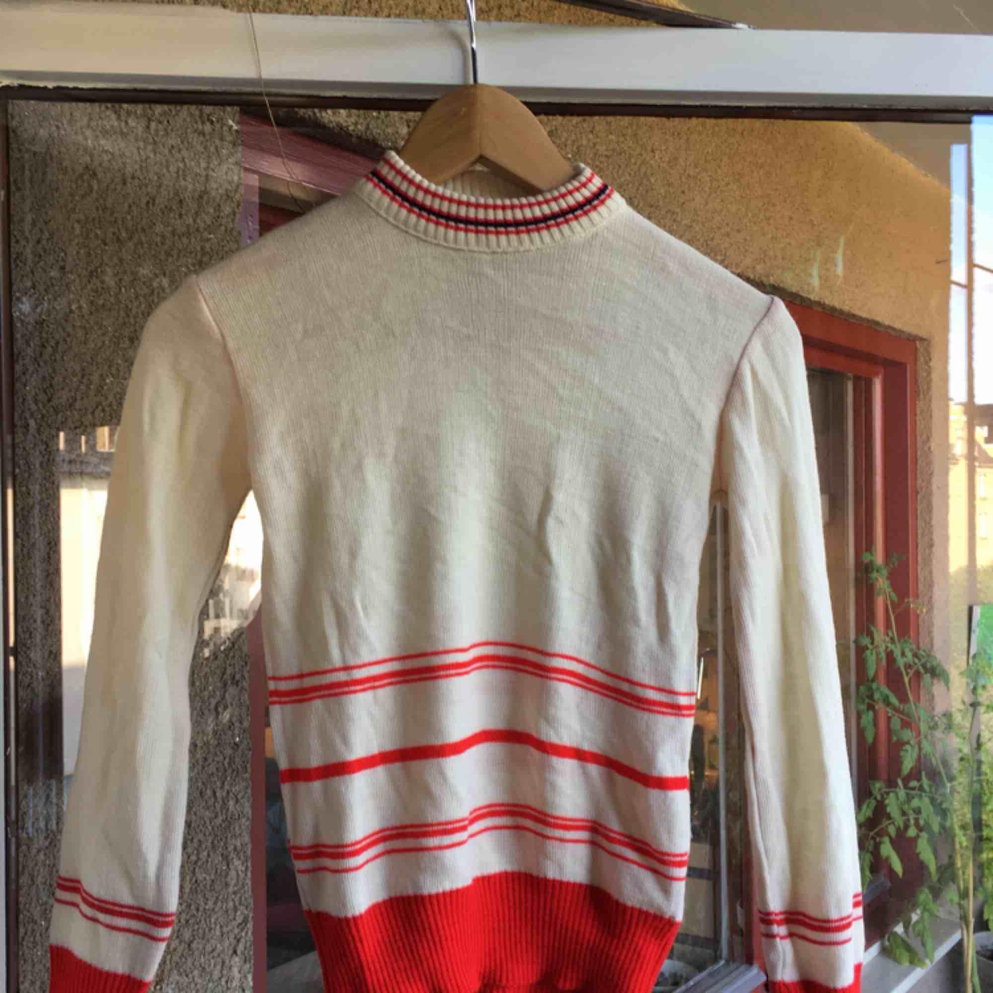 tunt stickad retro tröja från pop:-). Stickat.
