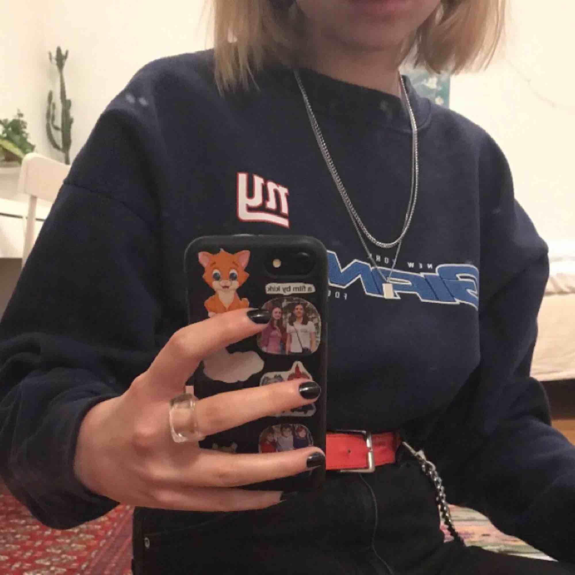 Säljer denna oversize sweatshirts från beyond retro! Är i mycket fint skick samt sitter jättesnyggt på. Passar till både sommaren men också när det börjar bli kallt:) Köparen står för frakt eller så kan jag mötas upp på söder💖. Tröjor & Koftor.