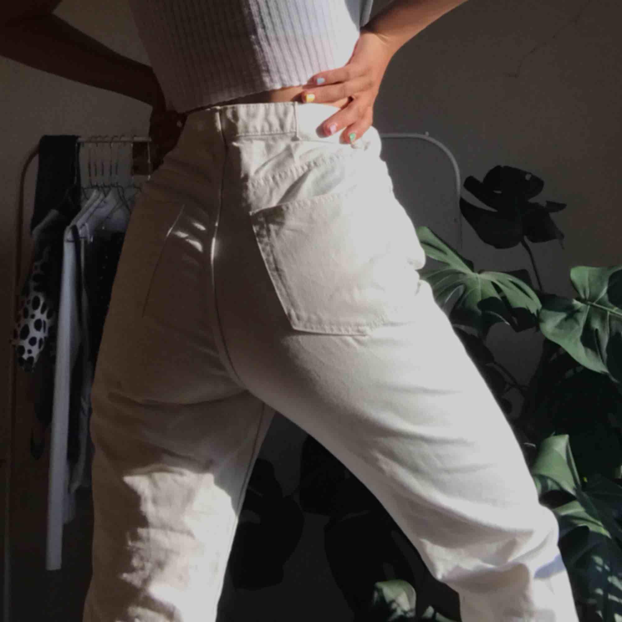 Bästa jeansen från Weekday. Modellen Row, i storlek 27 i midjan o 30 i benen. Har dock klippt av benen ca 4 cm. (Jag är 172 cm). Jätte bra skick, säljes för de har tyvärr blivit förstora 💗. Jeans & Byxor.