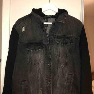 Säljer min oversized jeans jacka med mjuk huva i storlek L. Jag är själv en M/S men har köpt denna på killavdelningen för att kunna användas som en oversized. Då som sagt det är unisex i kill storlek L.  Fint skick! Nypris: 1100