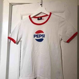 T-shirt från sweet sktbs. köpt för 250kr, säljer nu för 80kr. Köpare står för frakt. Använd en gång. Tar endast swish :)