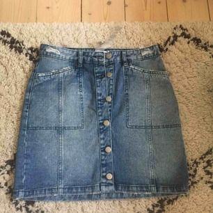 Ny kjol från Na-kd. Alla lappar kvar. Stl 38.