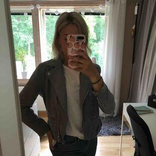 Blågrå jacka i mockaimitation från H&M. Sparsamt använd, så är i väldigt fint skick!😊  Finns att hämta i Västervik eller skickas, FRI FRAKT🤟🏽 skicka PM för fler bilder😊