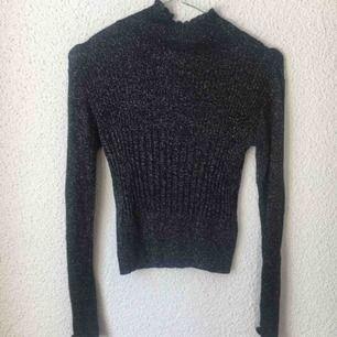 Glittrig tunn stickad tröja från Urban Outfitters, Stretchig så passar även s.