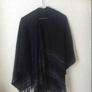 Stickad sjal att hänga över skinnjacka eller axlar. Kan även användas som halsduk. Köpt i Japan.
