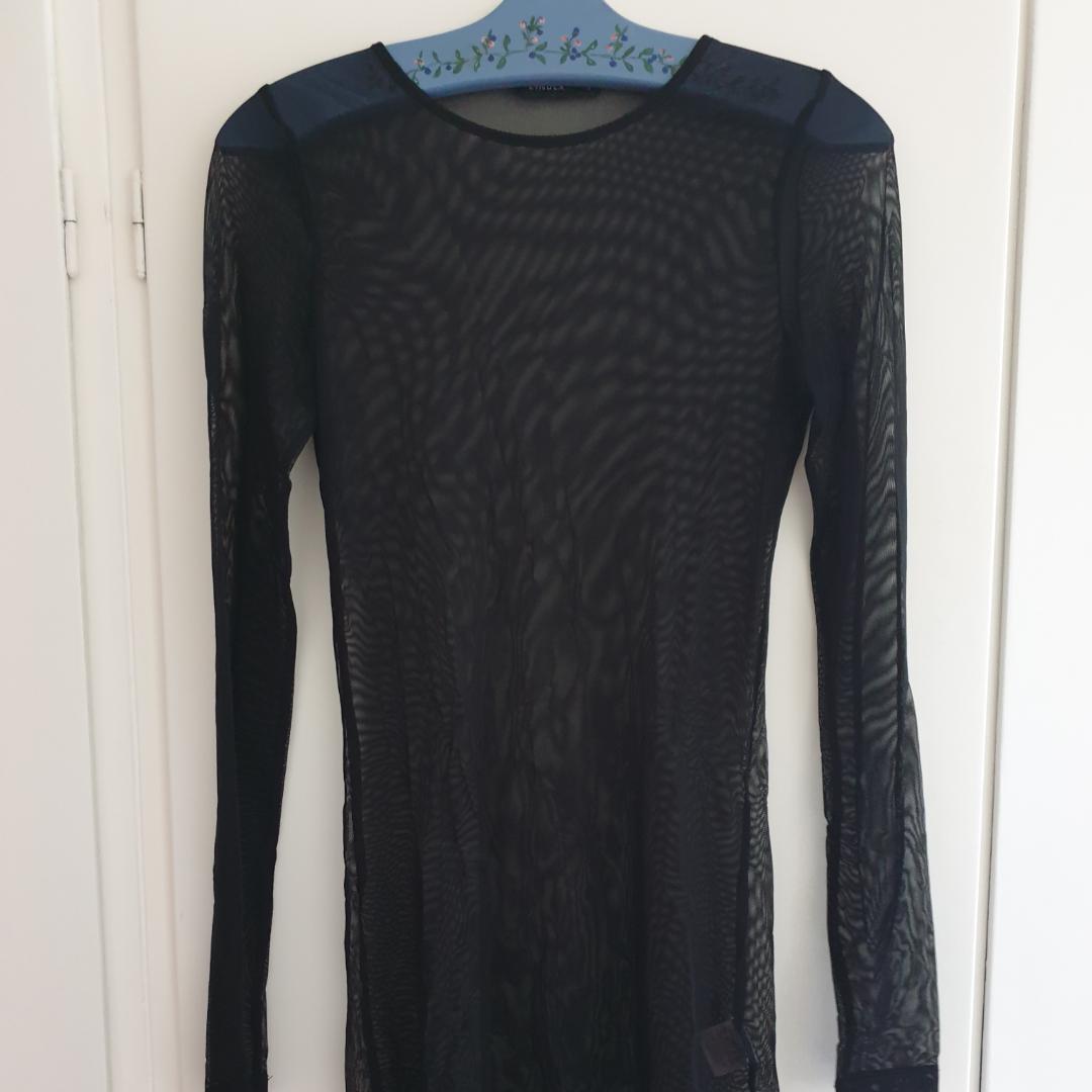 Långärmad svart mesh klänning/tunika/lång tröja. Snygg för layering . Toppar.