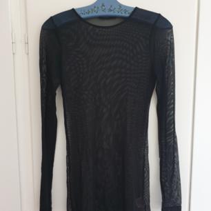 Långärmad svart mesh klänning/tunika/lång tröja. Snygg för layering