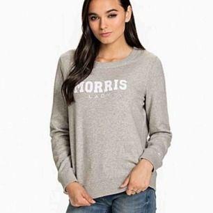 Grå Morris tröja som tyvärr är för stor för mig. Skulle säga att den passar xs och s. Har några små fläckar men inget man bry sig om