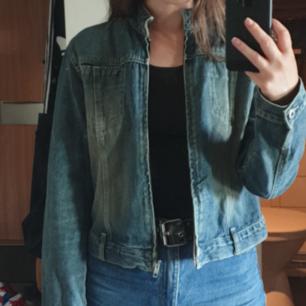 Jeansjacka med rak passform och lite urtvättad effekt