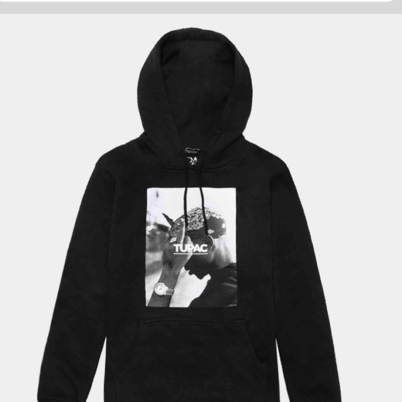 Tupac hoodie, fraktar✨ frakten betalar kunde!. Huvtröjor & Träningströjor.