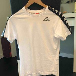 Snygg tshirt från Kappa! frakt tillkommer på ca 30kr.