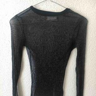Genomskinlig glittrig tröja från Urban Outfitters. Storlek XS/S. Har fler bilder, dom fick inte plats här 🌟