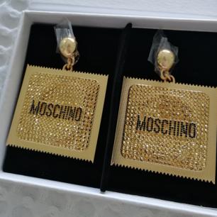 Säljer mina oanvända örhängen från H&Ms samarbete med Moschino. Kan mötas upp eller skicka. (Mottagare betalar porto). Nypris 399 SEK