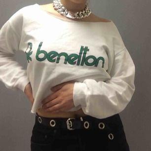 Benetton tröja som jag har klippt om till en crop top. Fint skick med logon som ska se lite vintage-ish ut! Frakten är inräknad i priset, 55kr. Jag tar swish!