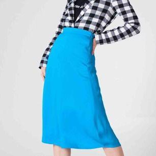 Tjena! Jag säljer nu en jättefin turkos kjol från NAKD. Den är helt oanvänd med tags kvar. Jag är själv en 36 i storlek men den passar mig ändå bra. Kanske lite liten vid midjan! Har du frågor är de bara o ställa de!!