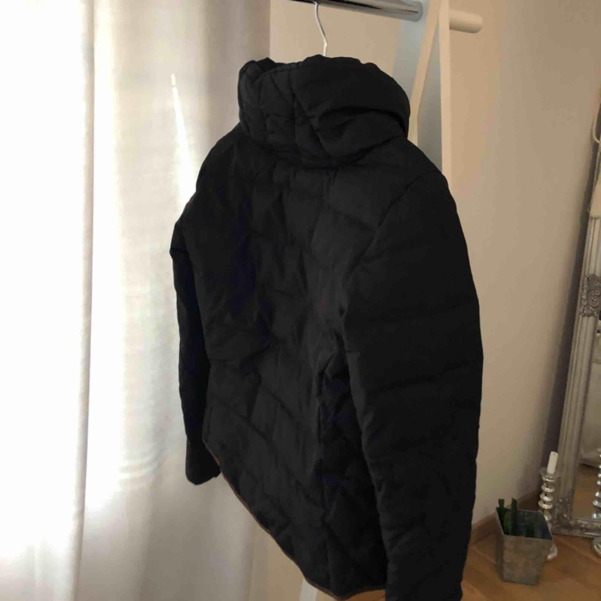 En fodrad svart jacka med fin figur passform för en kallare höstdag eller vinterdag. Dragkedja och knappar, hög krage som går att vika ner. Fickor med dragkedja.  I riktigt bra skick då den bara använts ett fåtal gånger. . Jackor.