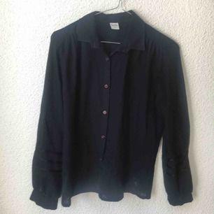 Svart vintage blus med knappar på framsidan