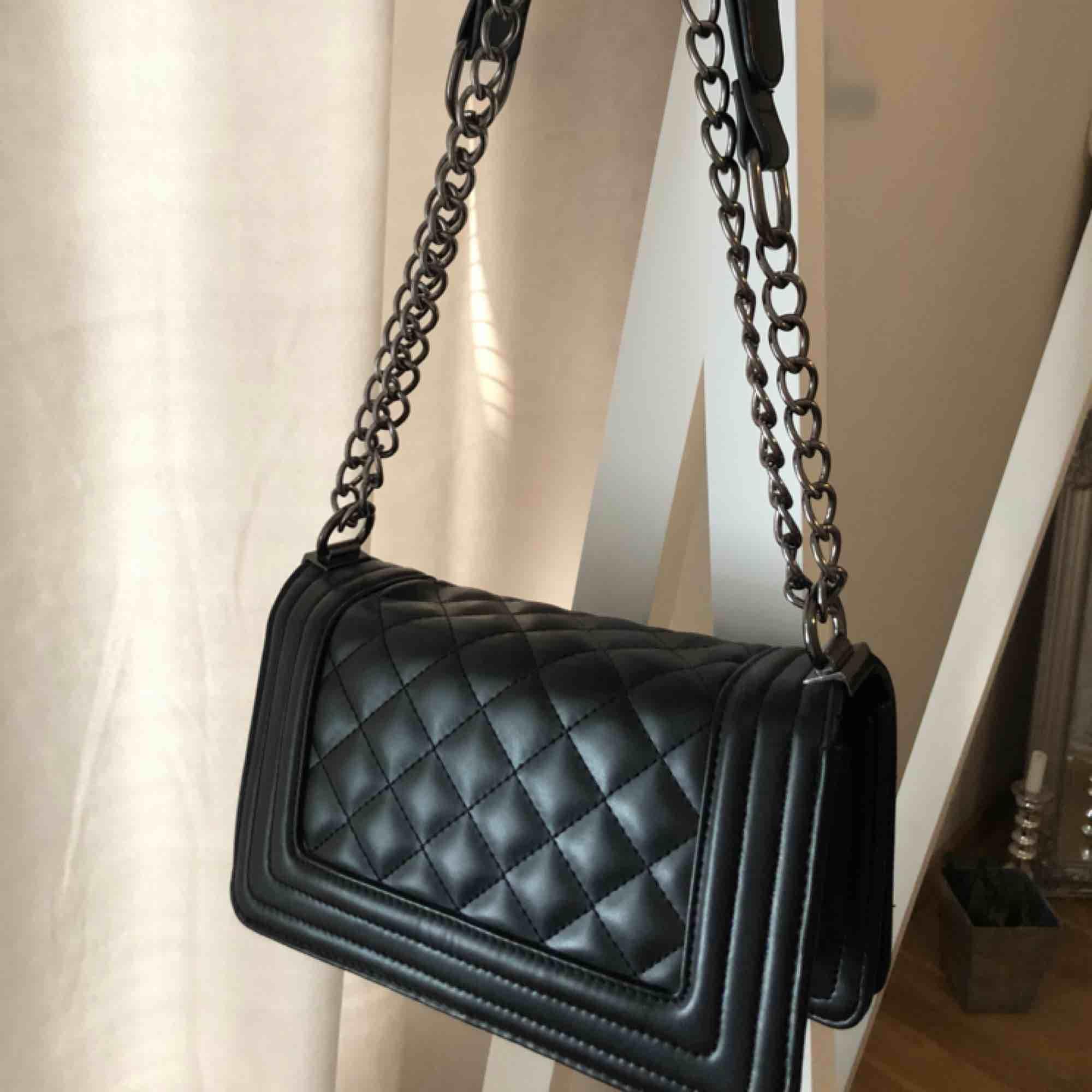 En riktigt snygg handväska från Nelly och i väldigt bra skick då den endast använts ett fåtal gånger. Bra utrymme inuti där man får plats med mer än vad man tror och en liten ficka. Avhämtning eller frakt (beroende på fraktkostnad kan priser diskuteras!). Väskor.