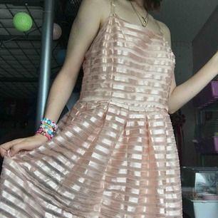 Ursnygg rose gold klänning köpt på loppis, säljer den för att den är för stor för mig i midjan (jag är en S/M)