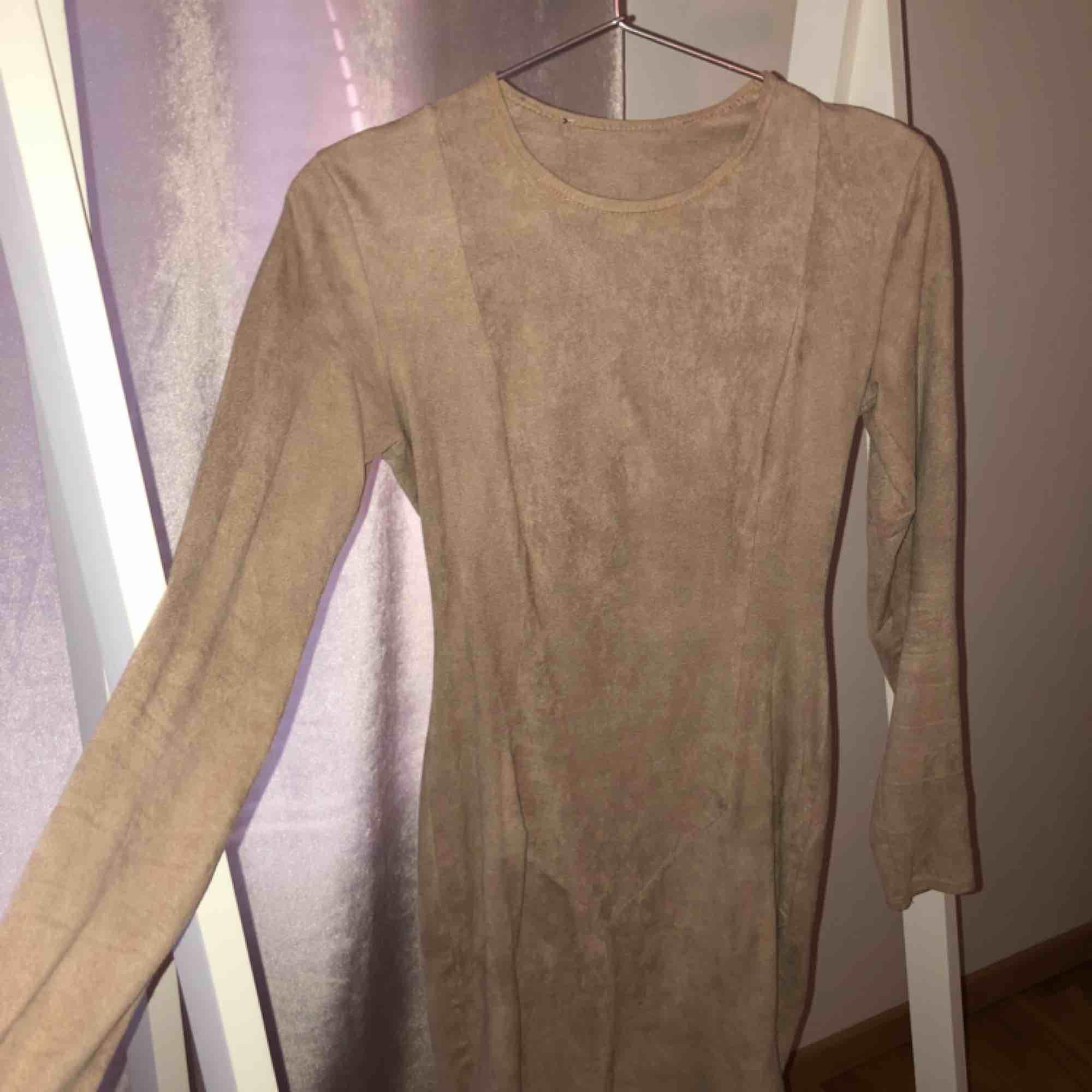 Fauxmocka klänning, tight och snygg passform med ett stretchigt material. Från Nelly. Klänningar.