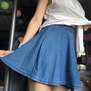 Söt kjol men stretch, ser ut som jeans material men det är det inte!