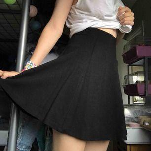 Superfin kjol från H&M! Bra skick, har dock ett märke vid midjan från en galge, men det går bort!
