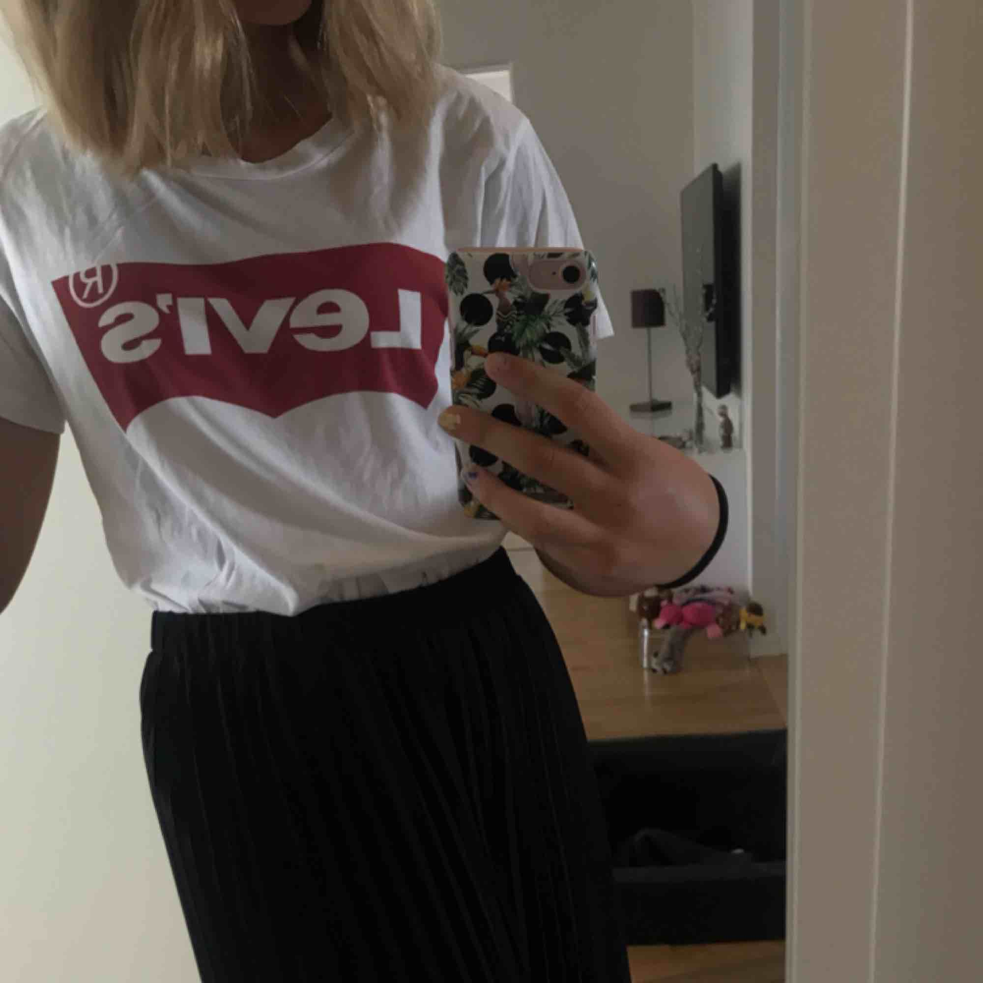 Levis tröja strl M. Säljer pga ingen användning. Ny pris: ca 249 kr  Mitt pris: 80kr. Det finns ingen rosa fläck, det är min kamera.. Stickat.