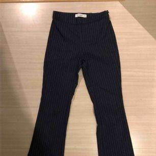 Kostymbyxor från MANGO. I Bootcut-modell. Uppsydda för att inte vara full längd eller passa personer runt 150-155. Frakt: 59:- 💞