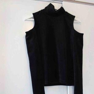 Oanvänd tröja med polo-krage och cut-outs. Köpt i Danmark. I supermjukt velvet-material. Storleken passar även xs 🥰Frakt: 59:-