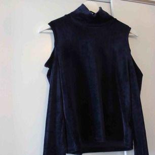 Oanvänd tröja med polo och cut-outs, blå färg. Köptes i Danmark. Passar xs lika bra 😊 Frakt: 59:-