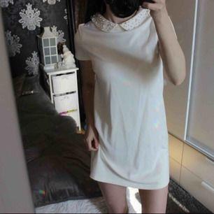 Oanvänd klänning från ZARA med jättefina pärlor på kragen 😊 Frakt: 59:-