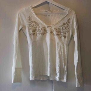 Oanvänd tröja från Odd Molly. Köpt i Odd Molly-butiken i Täby Centrum för flera år sedan. Det är deras Rib Jersey-tröja med mönster framtill. Ordinarie pris 699:- Frakt: 59:- 💞