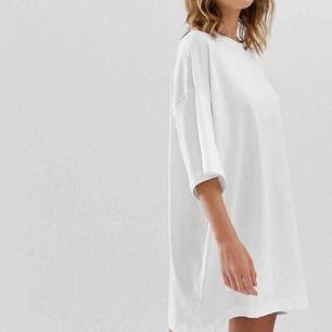 T-shirt klänning från Weekday i nyskick med prislapp kvar! (säljs fortfarande i butik) Storlek S men kan passa andra storlekar beroende på hur du själv vill att den ska sitta. Möts upp i Stockholm! 💗⭐️