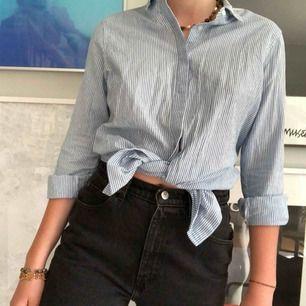 fett fin klassisk skjorta!! är en vanlig skjorta jag har knutit upp:)) färgen stämmer bättre på första bilden. 🍋FRAKT INGÅR🍋