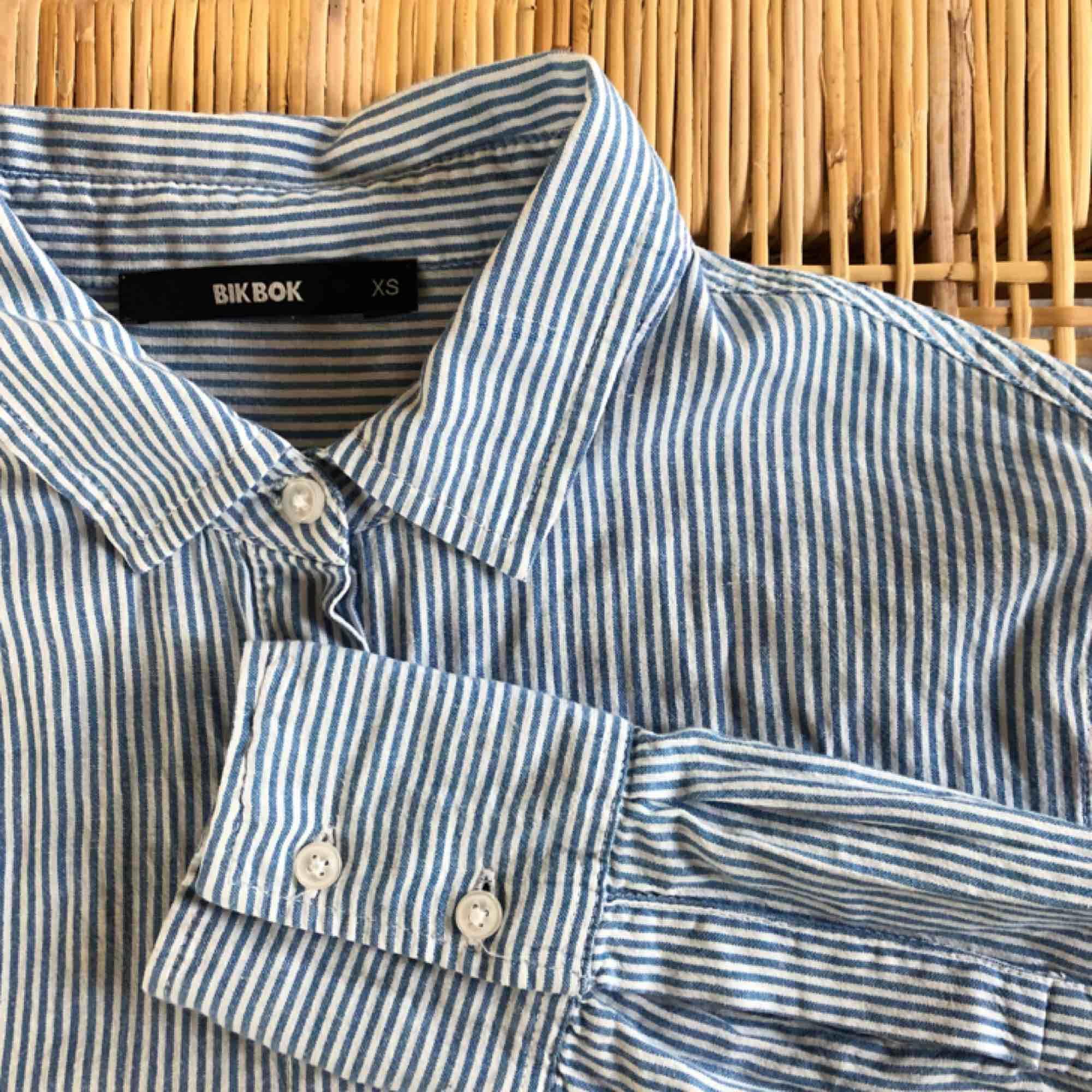 fett fin klassisk skjorta!! är en vanlig skjorta jag har knutit upp:)) färgen stämmer bättre på första bilden. 🍋FRAKT INGÅR🍋. Skjortor.