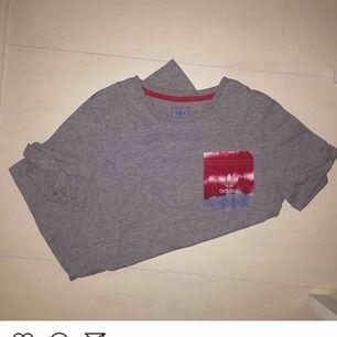 Grå Adidas tshirt med färgglad ficka. Storlek S!