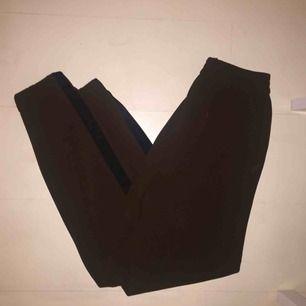 Byxor från Zara. Bruna med svart rand.