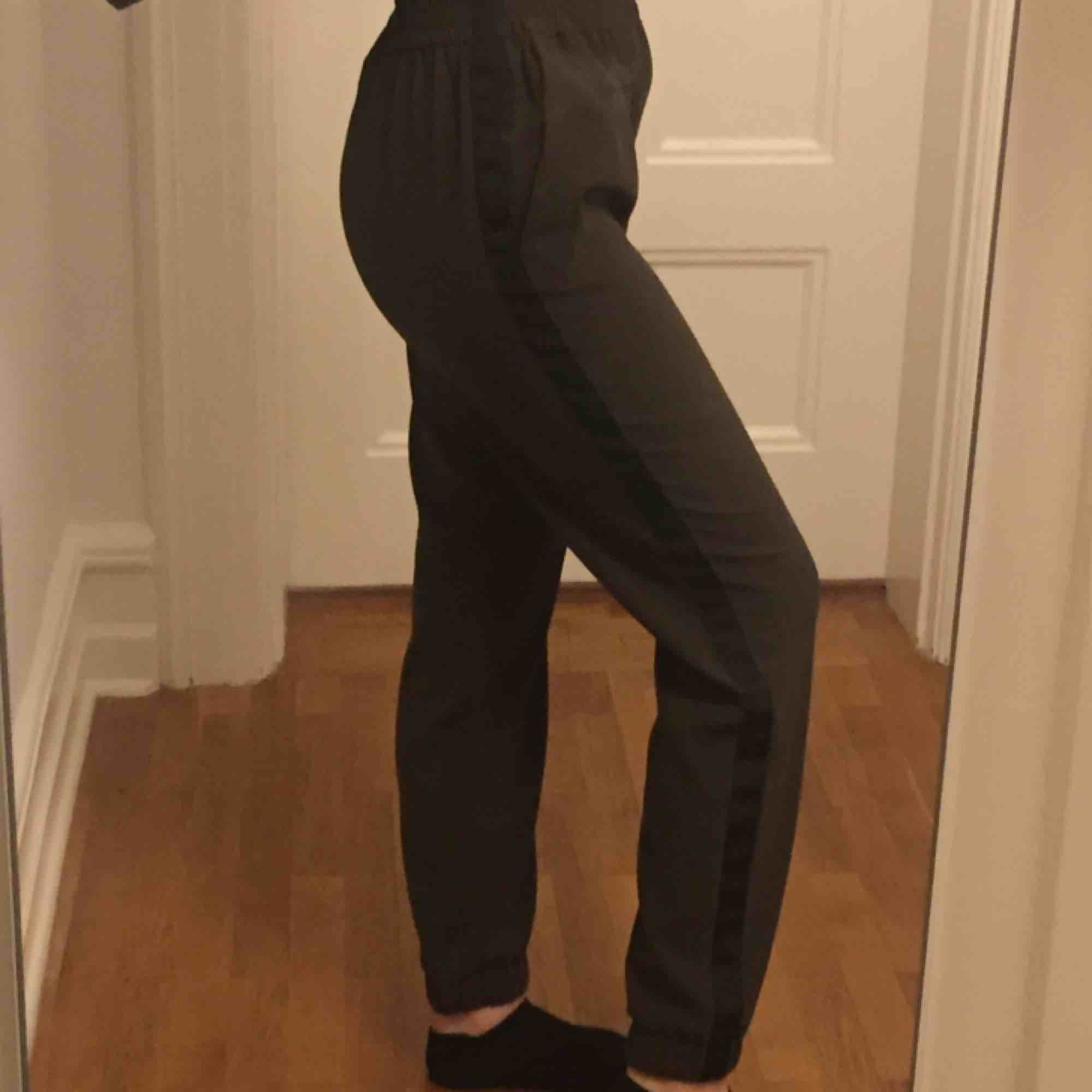 Byxor från Zara. Bruna med svart rand. . Jeans & Byxor.