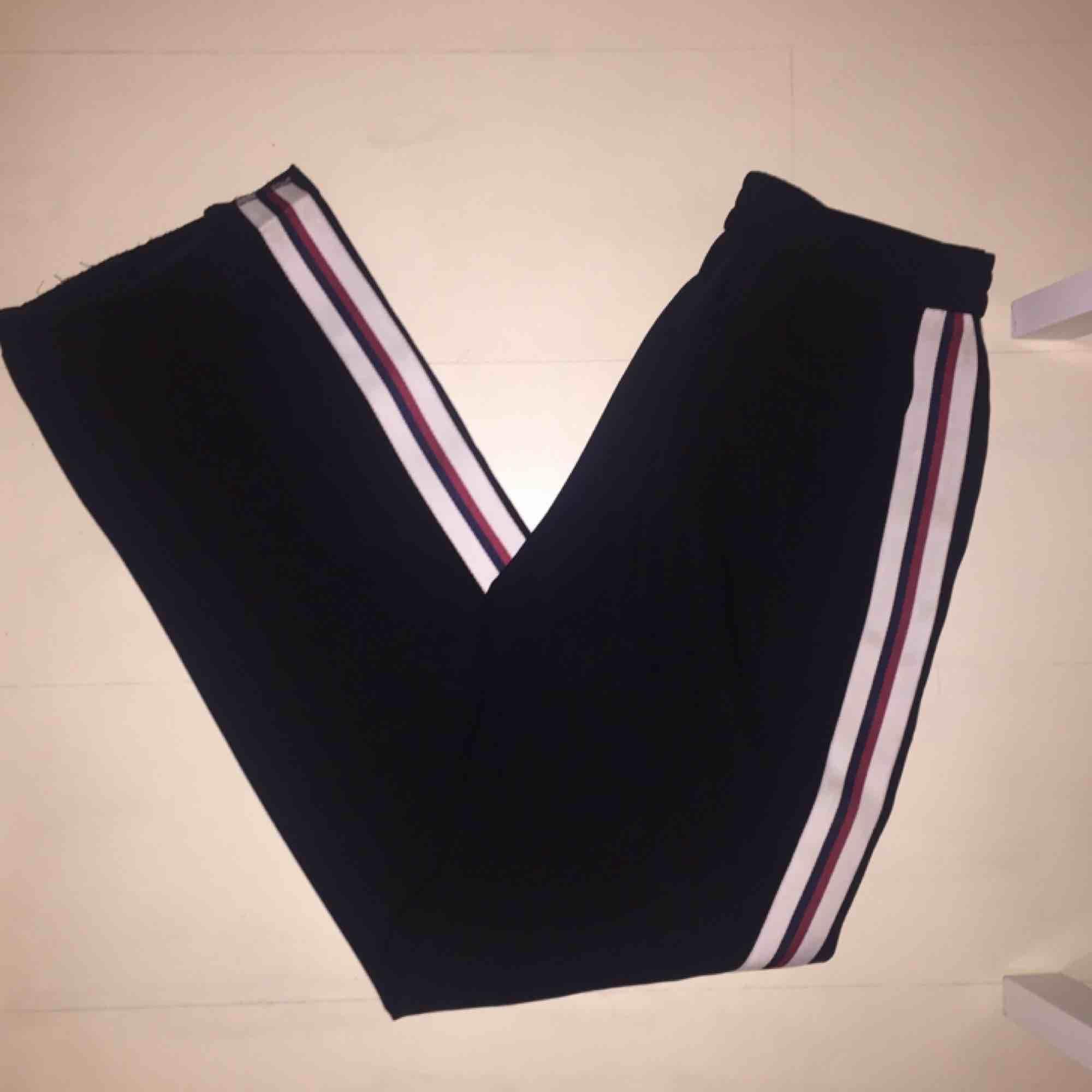 Kostymbyxor från Zara. Svarta med rand på sidan. . Jeans & Byxor.
