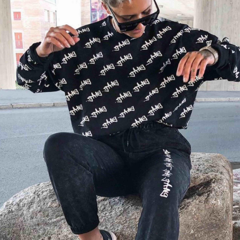 En oanvänd Gang Gang sweatshirt i storl L, från Ribeccas kollektion! Limited edition så finns ej kvar! Frakt betalar du som köper. Huvtröjor & Träningströjor.