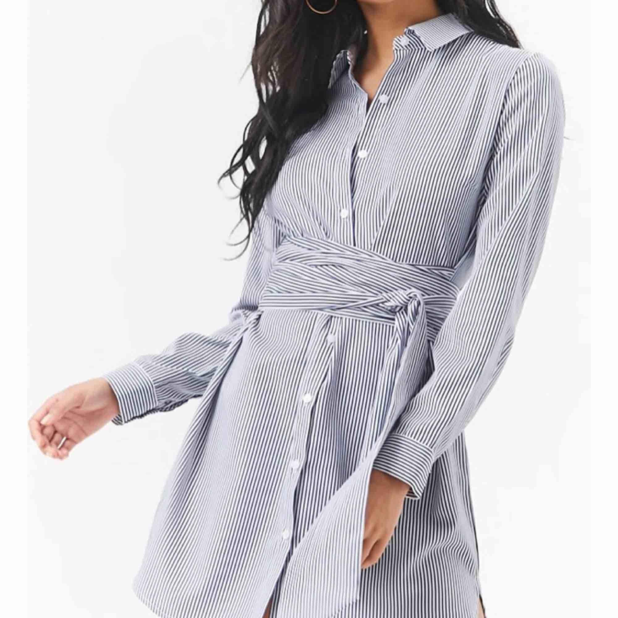 Skjort-klänning med knut från Forever21. Använd 1 gång! <3. Klänningar.