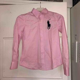Fin skjorta från ralph lauren (fake). Den är inte äkta men väldigt fin kvalite! Står strl s men skulle mer säga att den är strl xxs då den är väldigt liten i strl💗