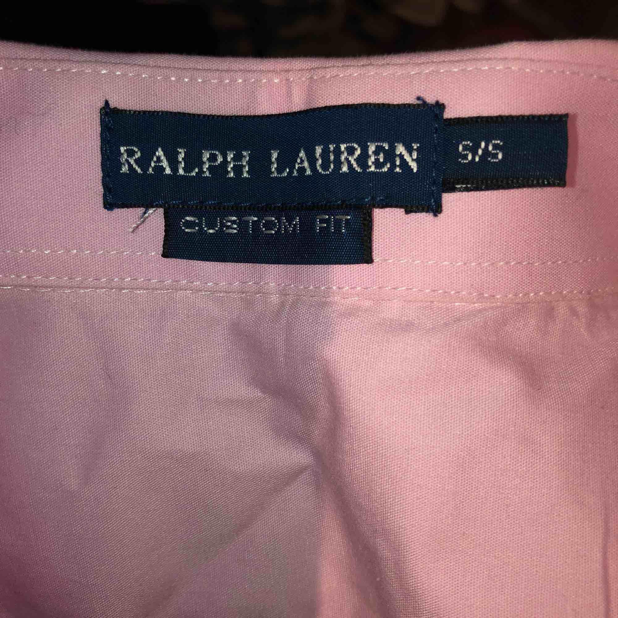 Fin skjorta från ralph lauren (fake). Den är inte äkta men väldigt fin kvalite! Står strl s men skulle mer säga att den är strl xxs då den är väldigt liten i strl💗. Skjortor.
