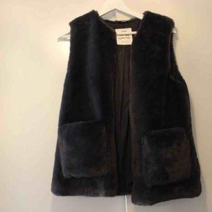 Oanvänd pälsväst i fuskpäls 💕 Köpt på Zaras barnavdelning. Frakt: 79:-