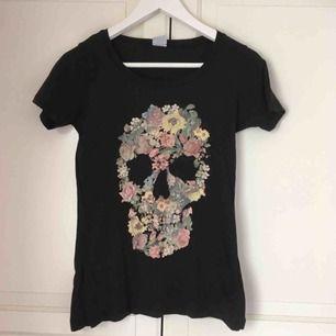 Svart t-shirt med tryck från Gina. Trycket är snyggt fadeat, och den är i fint skick trots att jag köpte den second hand.