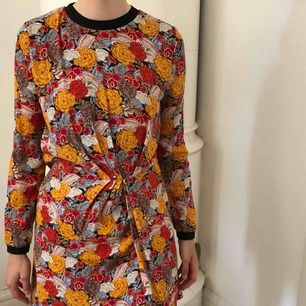 Mönstrad klänning från zara! Aldrig använd, snygg med skärp!