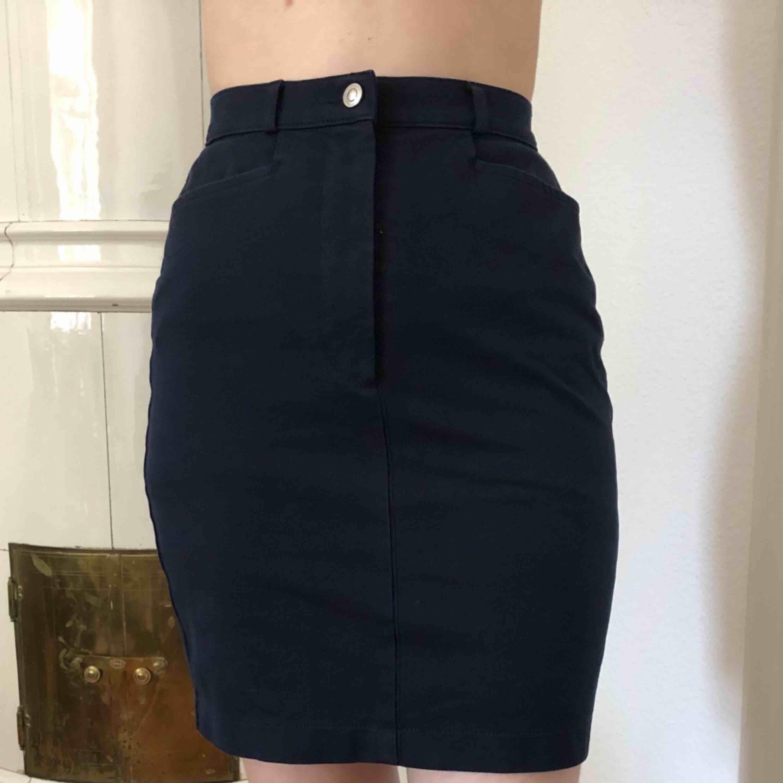 Mörkblå kjol som är hyfsat stretchig, knappt använd. Kjolar.