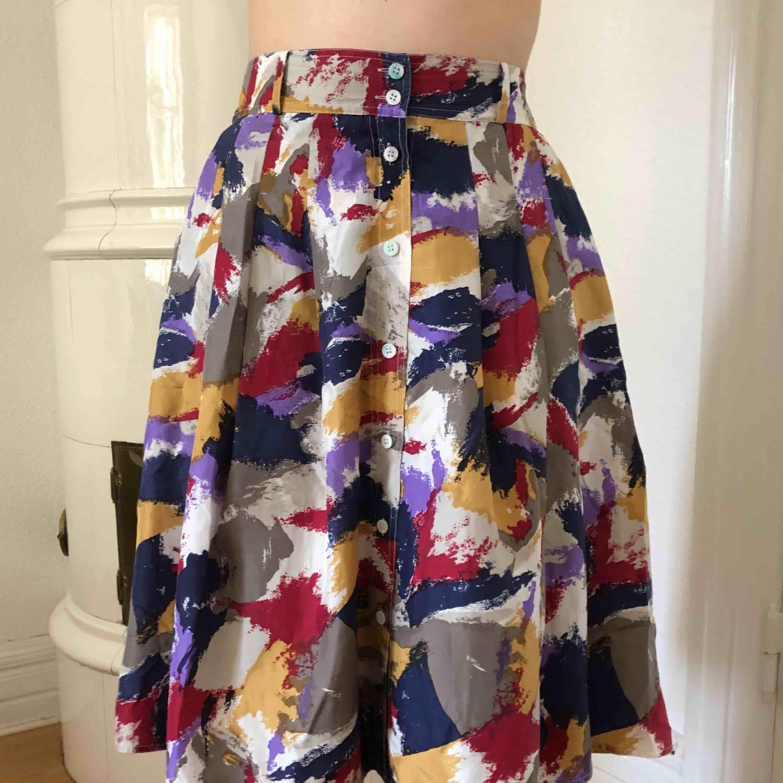 """Mönstrad """"fluffig"""" kjol med knappar, aldrig använd. Kjolar."""