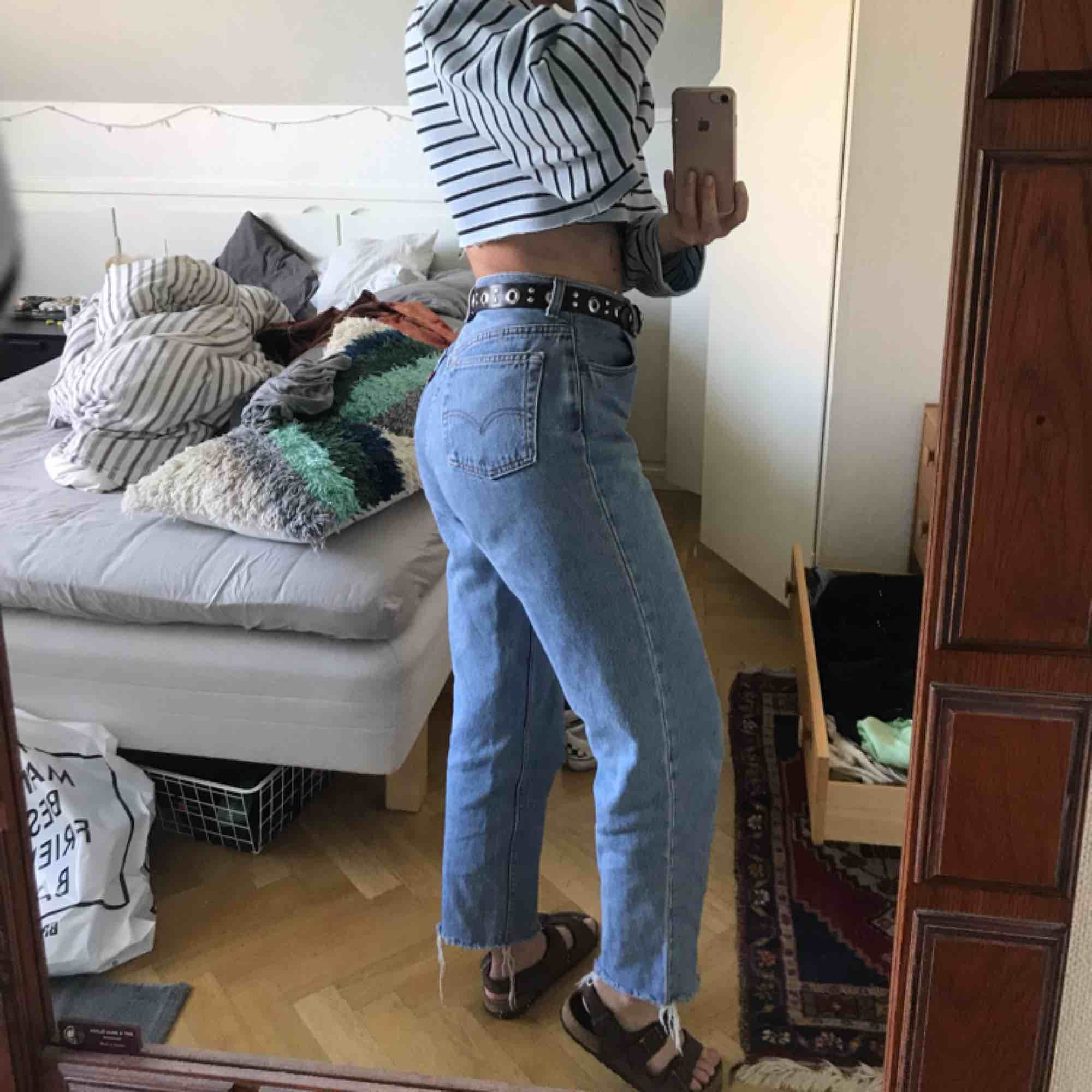 Levis-jeans i superfint skick. Passar S och eventuellt en liten M. Skynda fynda🙌🏽. Jeans & Byxor.