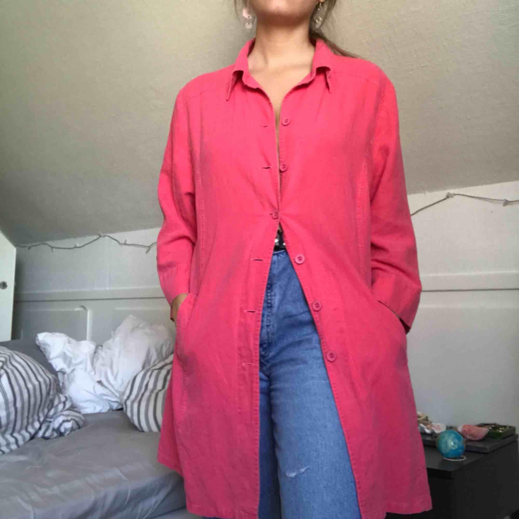 Oversized lång rosa tröja med knappar och krage. Kan användas som allt från tunn kappa till klänning!. Tröjor & Koftor.